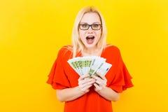 Белокурая женщина с наличными деньгами Стоковая Фотография RF