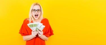 Белокурая женщина с наличными деньгами Стоковые Изображения