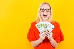 Белокурая женщина с наличными деньгами Стоковое Изображение