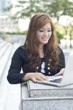 белокурая компьтер-книжка девушок используя Стоковые Фото