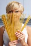 белокурая кухня девушки делая макаронные изделия милой стоковые изображения rf