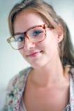 белокурая милая содружественная девушка смотря франтовск стоковое фото rf