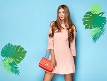Белокурая молодая женщина в флористическом платье лета весны Стоковое Фото