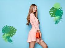 Белокурая молодая женщина в флористическом платье лета весны стоковые фотографии rf