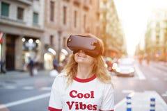 Белокурая молодая женщина использует шлемофон VR Стоковые Фотографии RF