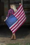 Белокурая патриотическая модель представляя Outdoors Стоковые Фото