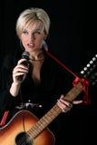 белокурая певица стоковое фото rf