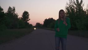 Белокурая стойка девушки на дороге видеоматериал