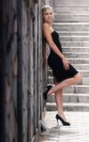 белокурая стоящая каменная женщина Стоковые Изображения