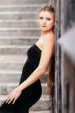 белокурая стоящая каменная женщина Стоковая Фотография