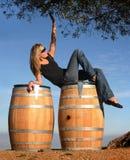 белокурое вино девушки страны стоковое фото rf