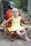 белокурое усаживание девушки стула стоковое фото