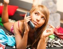 Белокуро в кровати с телефоном Стоковые Изображения