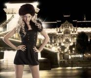 белокурые вальмы шлема руки девушки шерсти Стоковая Фотография