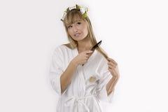 белокурые волосы гребней ее женщина стоковое изображение rf