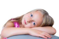 белокурые волосы девушки голубых глазов длиной довольно Стоковые Фотографии RF