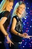белокурые девушки танцы дублируют 2 стоковые изображения rf