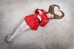 белокурые детеныши волос девушки длиной лежа Стоковое фото RF