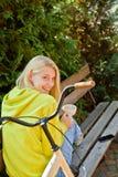 белокурые детеныши женщины парка Сезон весны или лета Свободная и счастливая девушка подростка хорошая погода стоковая фотография
