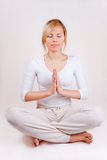 белокурые детеныши йоги женщины представления раздумья стоковые фото
