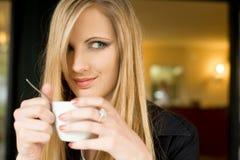 белокурые детеныши шикарной женщины cofffee пролома Стоковая Фотография