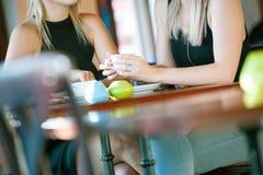 Белокурые женщины выпивая кофе Стоковые Изображения
