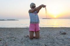 Белокурые игры женщины с песком Стоковое Фото