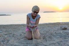 Белокурые игры женщины с песком Стоковая Фотография RF