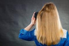 белокурые расчесывая волосы ее женщина Стоковые Фото
