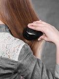 белокурые расчесывая волосы ее женщина Стоковое Изображение RF
