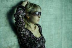 белокурые солнечные очки молодые стоковые изображения rf