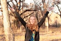 белокурые счастливые листья бросая женщину Стоковые Фото