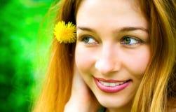 белокурые счастливые детеныши женщины лета усмешки портрета Стоковое Фото