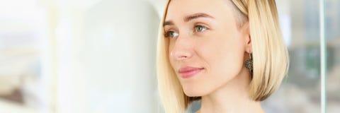 Белокурый взгляд портрета бизнес-леди красоты Стоковые Изображения RF