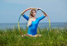 Белокурый гимнаст девушки outdoors Стоковые Изображения RF