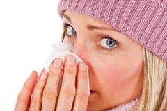 белокурый дуя нос изолированный девушкой стоковое изображение rf