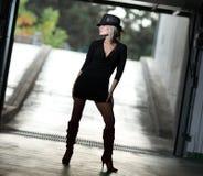 белокурый женский модельный представлять фото Стоковые Изображения