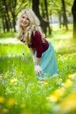 белокурый зеленый цвет травы девушки над усмехаться стоковые изображения rf