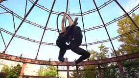 Белокурый и брюнет в эффектном виде представления на кольце для воздушной акробатики видеоматериал