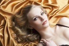белокурый кладя th портрета взглядов к женщине Стоковое Изображение RF