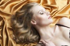 белокурый кладя th портрета взглядов к женщине Стоковая Фотография RF