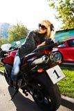 белокурый красный цвет мотоцикла девушки Стоковые Фотографии RF