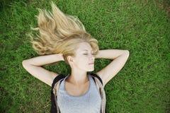 белокурый лежать травы девушки Стоковое фото RF