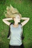 белокурый лежать травы девушки Стоковые Фотографии RF