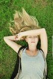 белокурый лежать травы девушки Стоковые Фото