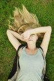 белокурый лежать травы девушки Стоковое Изображение RF