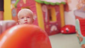 Белокурый малыш получает вверх по ater падая вниз и бежит к маме и продолжает сыграть акции видеоматериалы