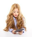 Белокурый малыш студента с ПК таблетки ebook Стоковая Фотография RF