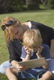Белокурый мальчик используя ПК таблетки сенсорного экрана Стоковые Изображения RF