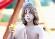 Белокурый мальчик с Squirt оружие Стоковое Изображение RF